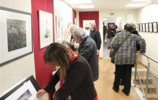 Photo du vernissage de l'exposition de gravure de catherine Fava-Dauvergne à l'atelier Le Vivier
