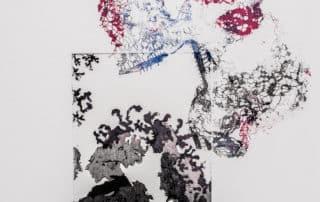 visages en colloque surmontés d'envolée d'empreinte de dentelle colorée